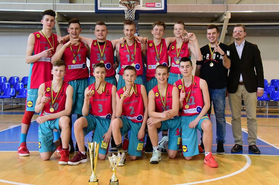 """Namų sienos atnešė raseiniškiams U15 """"B"""" diviziono nugalėtojų titulą"""