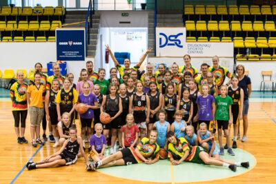 Jaunosios krepšininkės linksmai laiką leido su moterų rinktinės narėmis