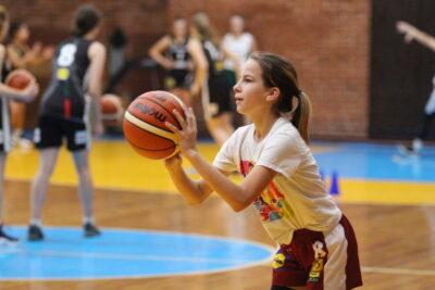 """Skelbiama registracija į mergaičių krepšinio projekto """"Ateik, išmok, pranok"""" stovyklą Ukmergėje"""
